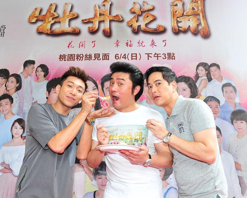 林健寰(右起)、李&#16136、鮪魚吃炒飯慶功。圖/台視提供