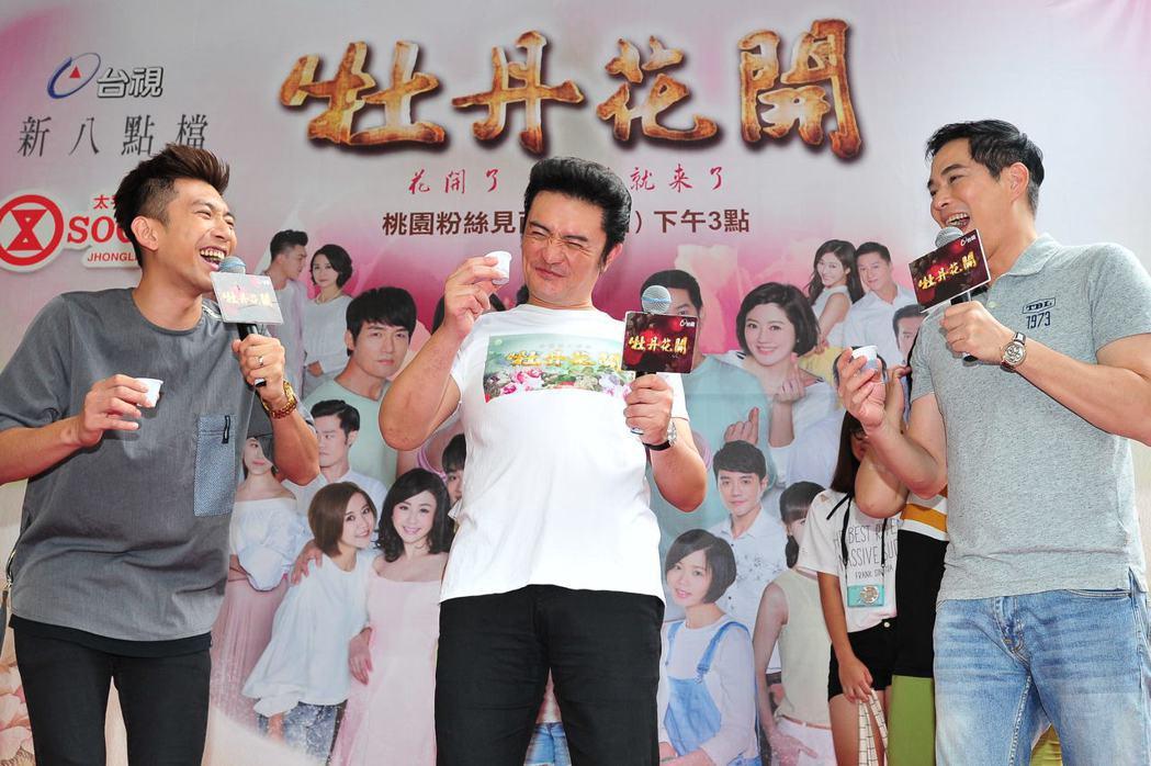 林健寰(右起)、李&#16136、鮪魚在台上搞笑互動逗樂見面會粉絲。圖/台視提供