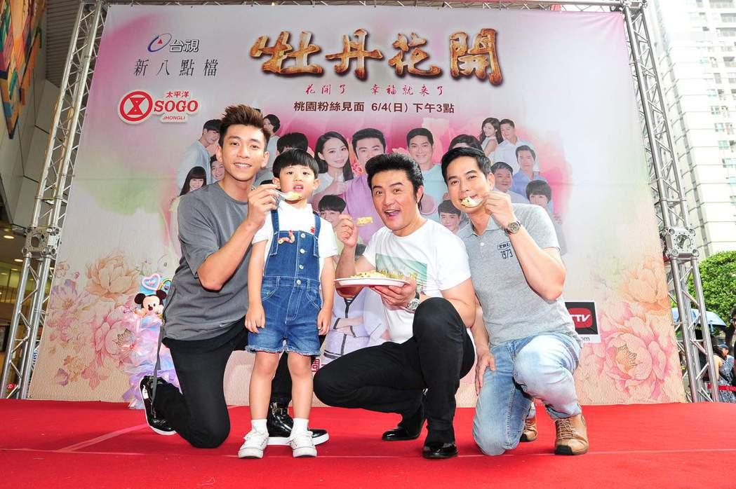 林健寰(右起)、李&#16136、童星演員張柏晟及鮪魚吃炒飯慶功。圖/台視提供