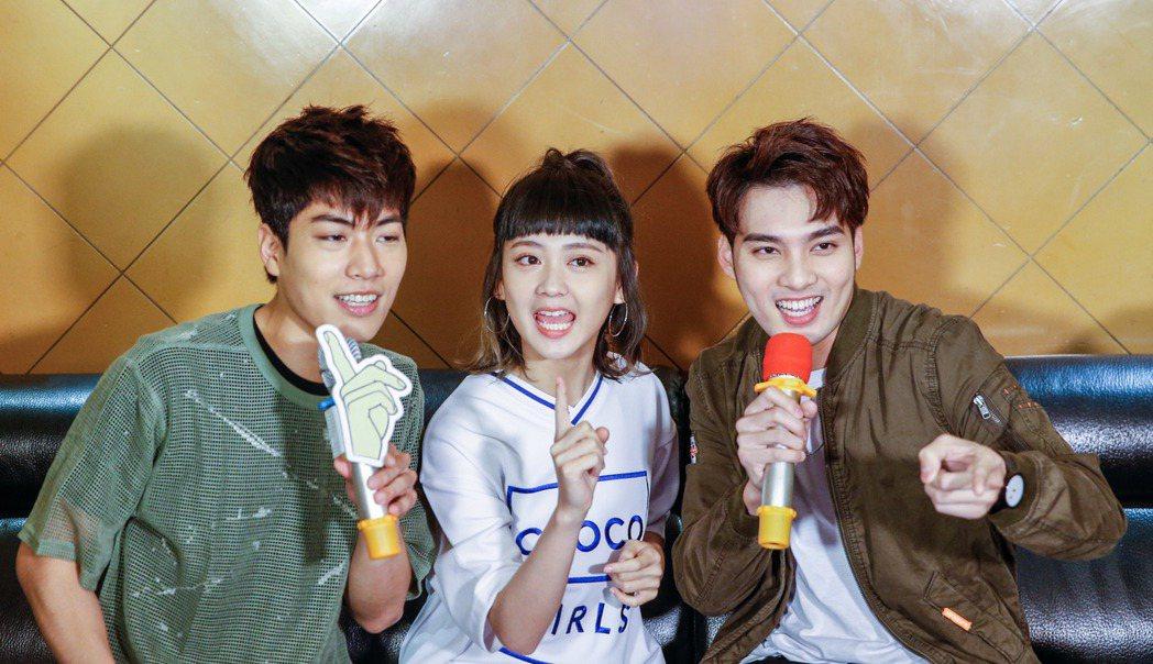 子閎(左起)、鍾羽、偉晉陪粉絲歡唱。記者鄭超文/攝影