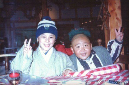 童星出身的武打明星釋小龍在微博貼出小時候拍戲的工作照,右為郝劭文。圖取自微博