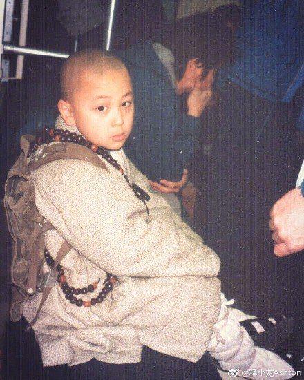 童星出身的武打明星釋小龍在微博貼出小時候拍戲的工作照。圖取自微博