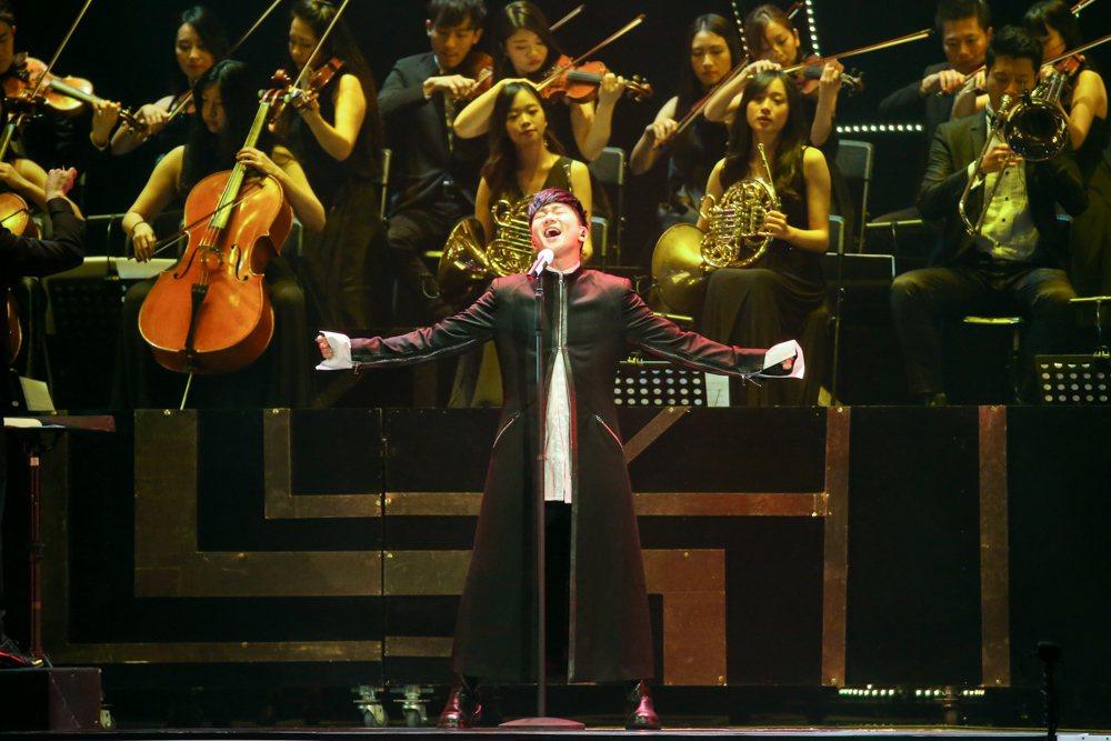 2017hito流行音樂獎頒獎典禮晚上在台北小巨蛋舉行,林俊傑開場表演。記者陳立...
