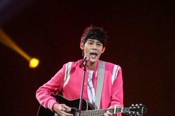 2017hito流行音樂獎頒獎典禮晚上在台北小巨蛋舉行,hito潛力男聲李玉璽表演。