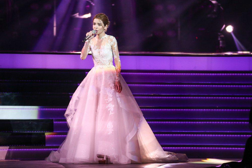 2017hito流行音樂獎頒獎典禮在台北小巨蛋舉行,MV點擊人氣得主李毓芬表演。...