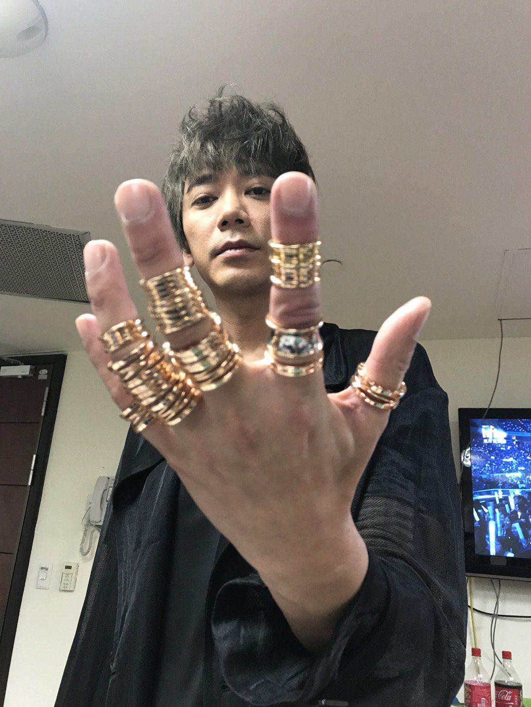 信滿手戒指。記者陳于嬙/攝