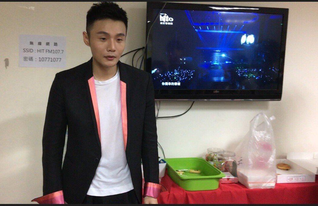 李榮浩剛「2017 hito 流行音樂獎頒獎典禮」後台受訪被逼問感情話題。記者許