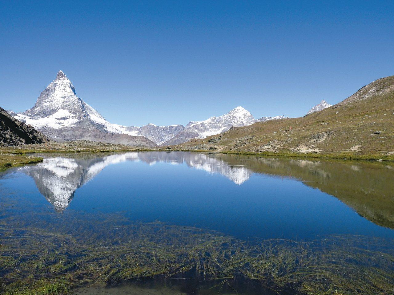 湖中倒影,是另一種賞峰體驗。 圖/泰永旅行社提供