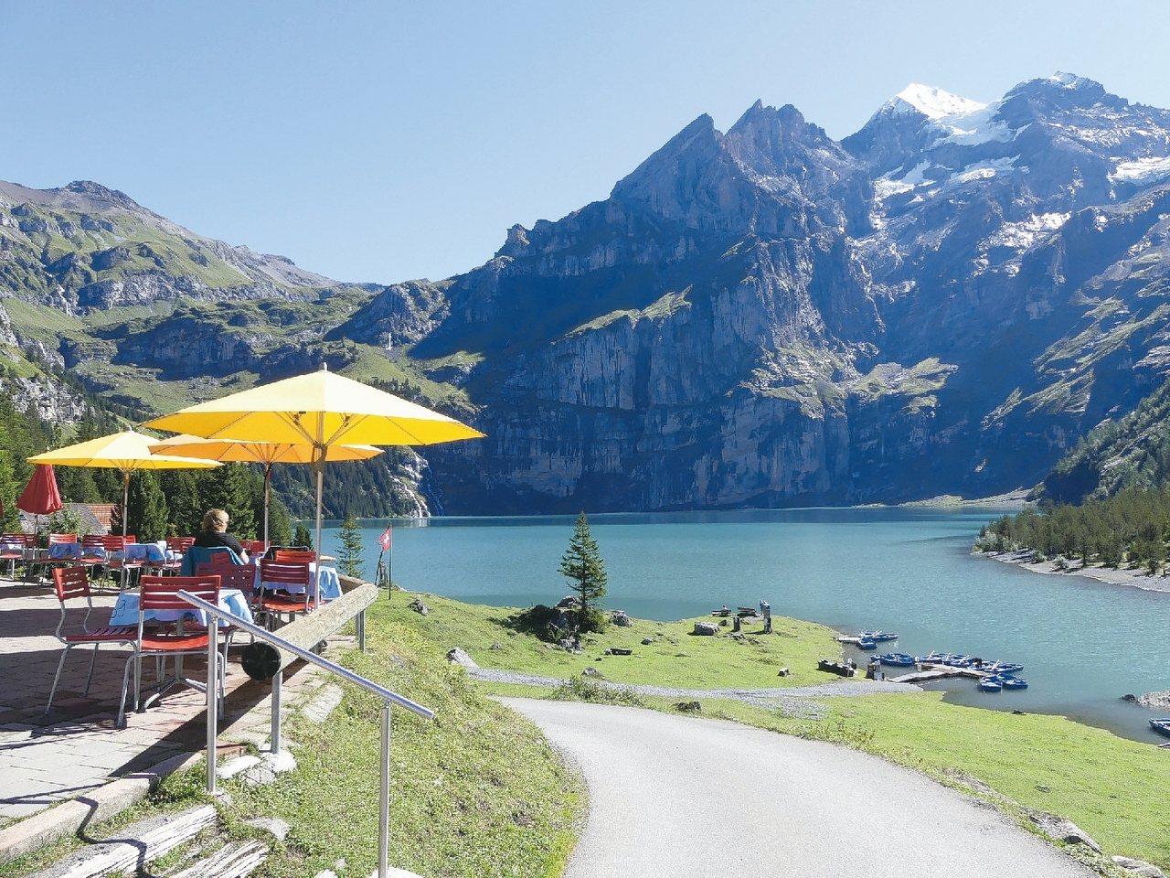 湖畔飲杯咖啡,慢賞峰景。 圖/泰永旅行社提供