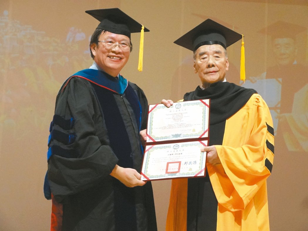 三福集團總裁蕭火綿(右)。 記者魯永明/攝影