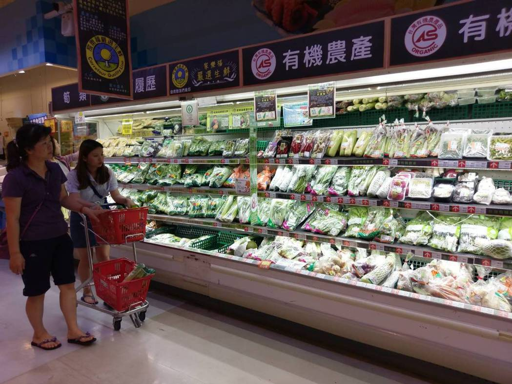 許多家庭主婦喜愛到量販店買菜,價格較平穩。記者謝梅芬/攝影