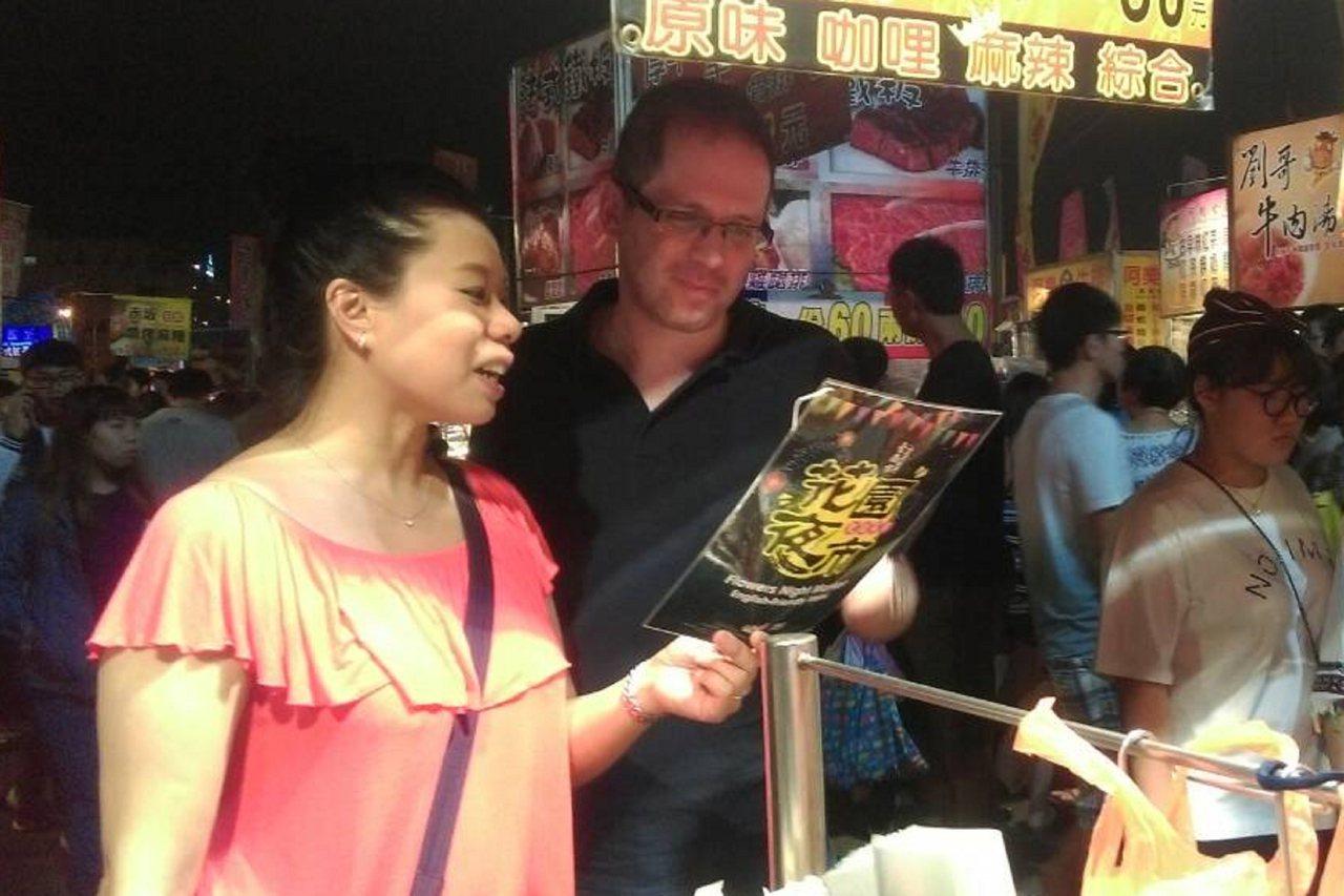 台南市政府推動國際化觀光城市,與南台科技大學合作協助夜市攤商製作雙語菜單,方便外...