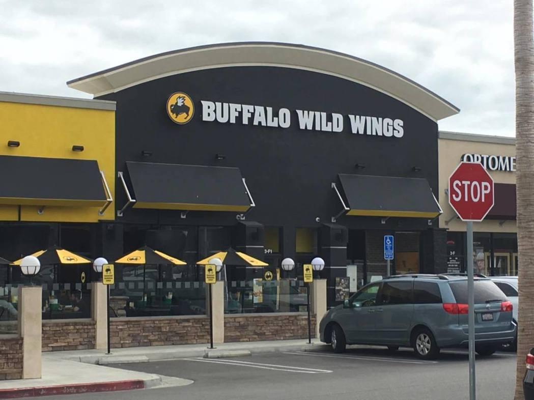 比賽會場Buffalo Wild Wings,是美國一家蠻常見的雞翅連鎖店。 圖...