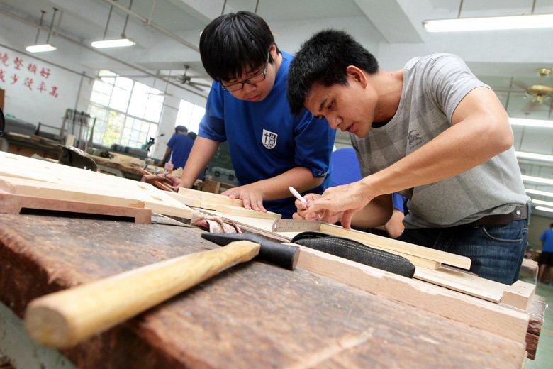 台東公東高工老師羅正明(右)指導木工科的學生。 圖/聯合報系資料照
