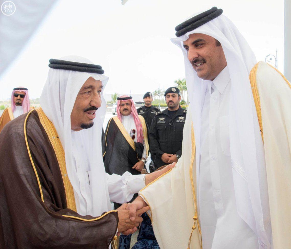 此情難再:沙烏地國王薩爾曼(左)與卡達埃米爾塔米姆(右)握手「相見歡」。 圖/路...