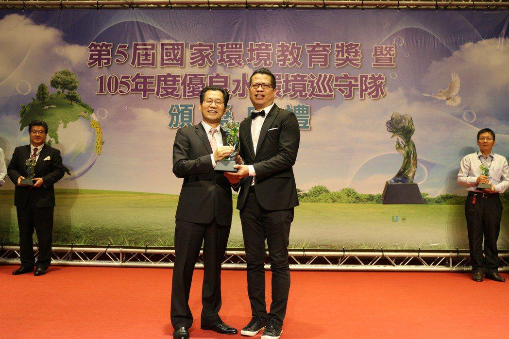 環保署長李應元(左)頒發特優獎給代表桃園市競逐本屆國家環教獎的歐萊德公司。 江衍...