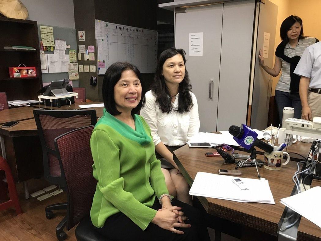 高教司司長李彥儀(左)指出,今年僅一所學校提出申請調漲學雜費。 圖/報系資料照