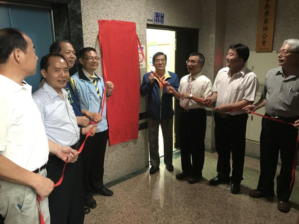 嘉南區域正確用藥教育資源中心昨晚辦揭牌儀式。記者鄭宏斌/攝影