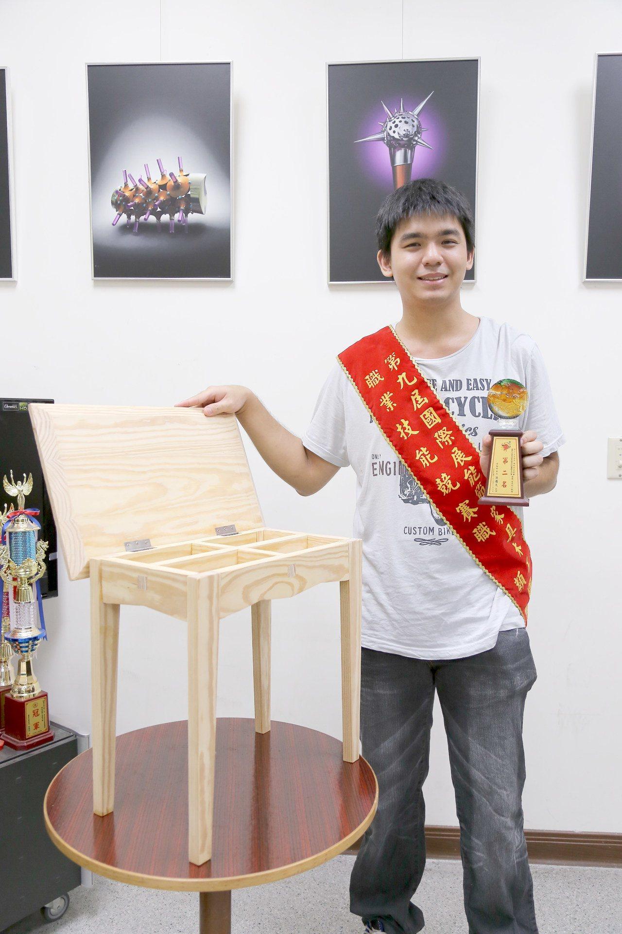 李政軒的作品曾獲第九屆國際展能節競賽家具木工類金牌獎。圖/南華大學提供