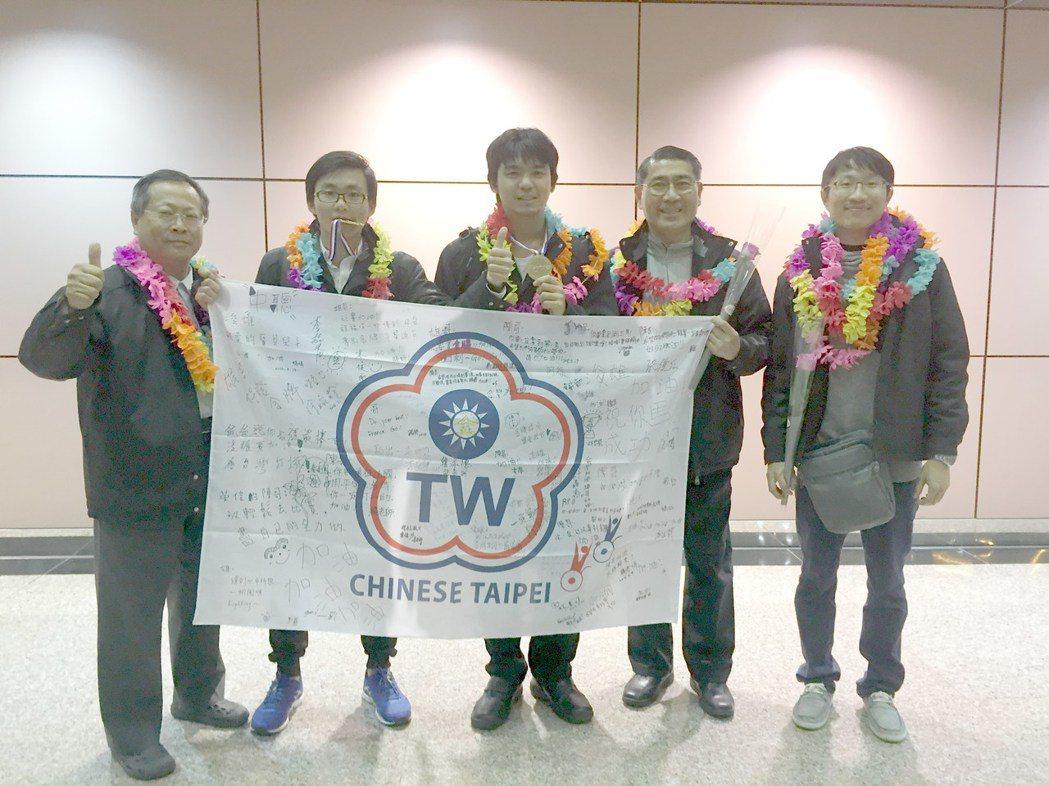 南華大學聽障生李政軒(中)榮獲「總統教育獎」。圖/南華大學提供