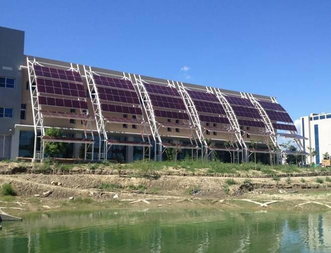 永康科工區服務中心外牆的太陽光電系統。圖/台南市政府經濟發展局提供
