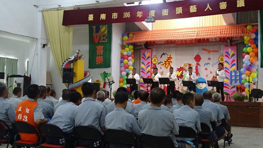 台南市政府文化局首度在在監獄進行街頭藝人考照,圖為明德外役監獄收容人表演情形。記...