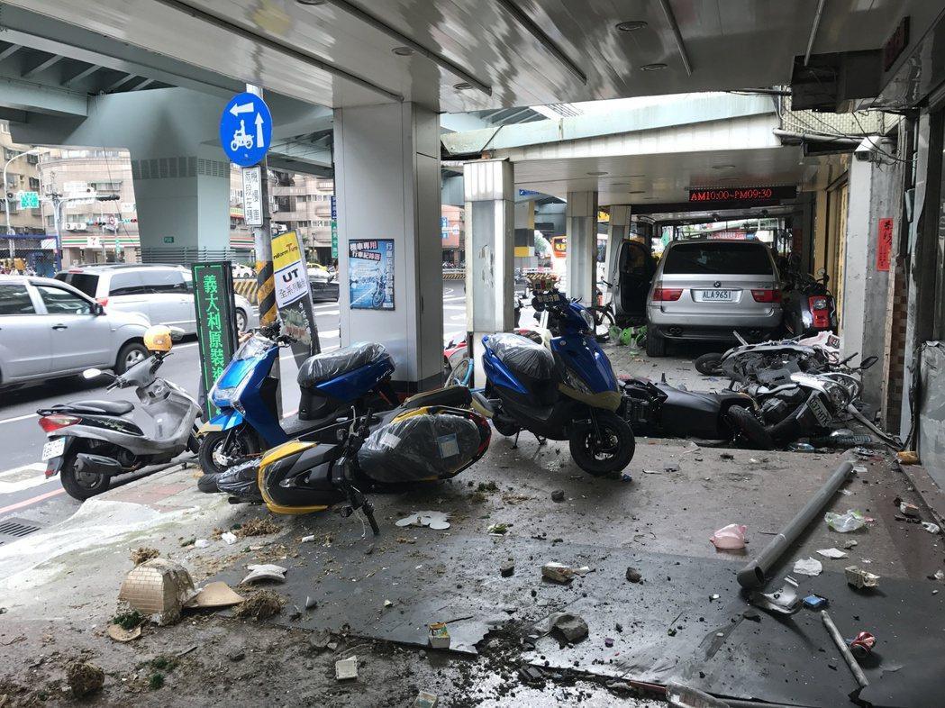 BMW車衝撞騎樓。記者江孟謙/攝影