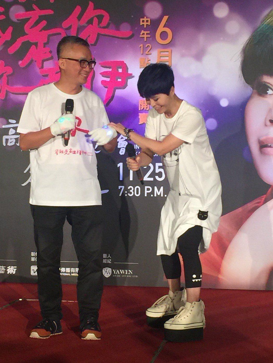 詹雅雯(右)宣布演唱會,許常德站台。記者袁世珮/攝影