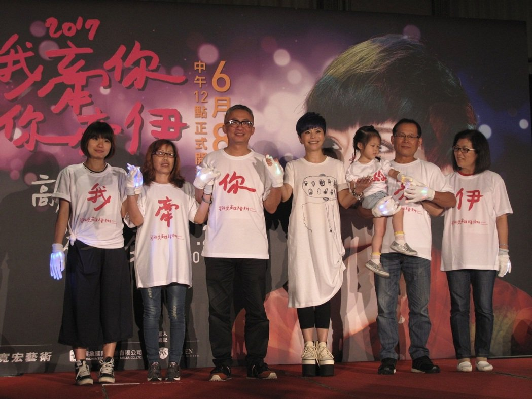 詹雅雯(中)宣布高雄演唱會,許常德(左三)率鐵粉站台。圖/寬宏提供