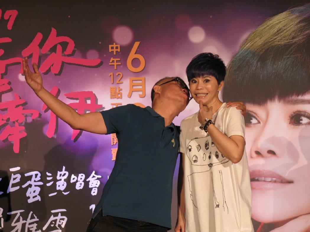 詹雅雯(右)宣布高雄演唱會,許常德站台。圖/寬宏提供