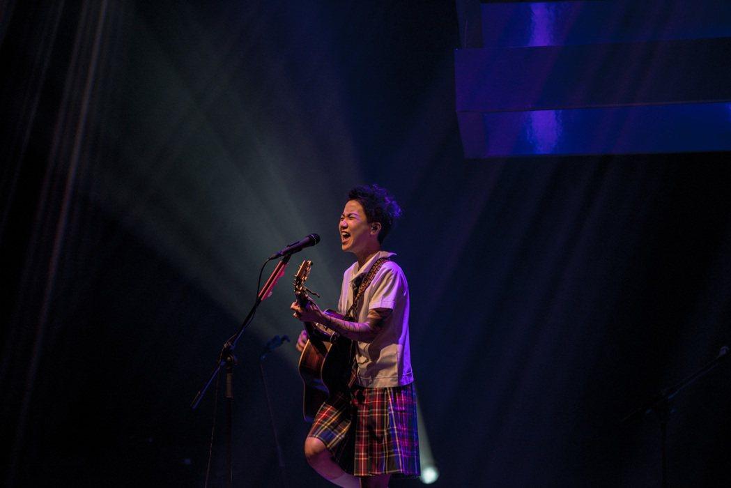 盧凱彤在香港開唱,穿上女學生制服演出。圖/Rockmui Ltd.提供