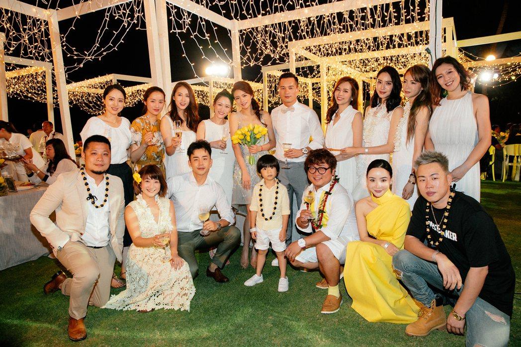 安以軒(捧花者)在夏威夷婚禮前舉辦晚宴款待賓客。圖/安以軒工作室提供