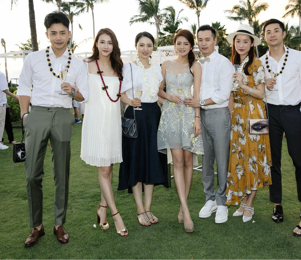 安以軒(中)在夏威夷婚禮前舉辦晚宴款待賓客。圖/安以軒工作室提供