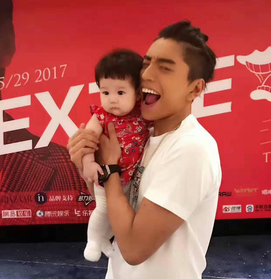 王大陸逗趣上演「吃小孩」。圖/當樂娛樂提供