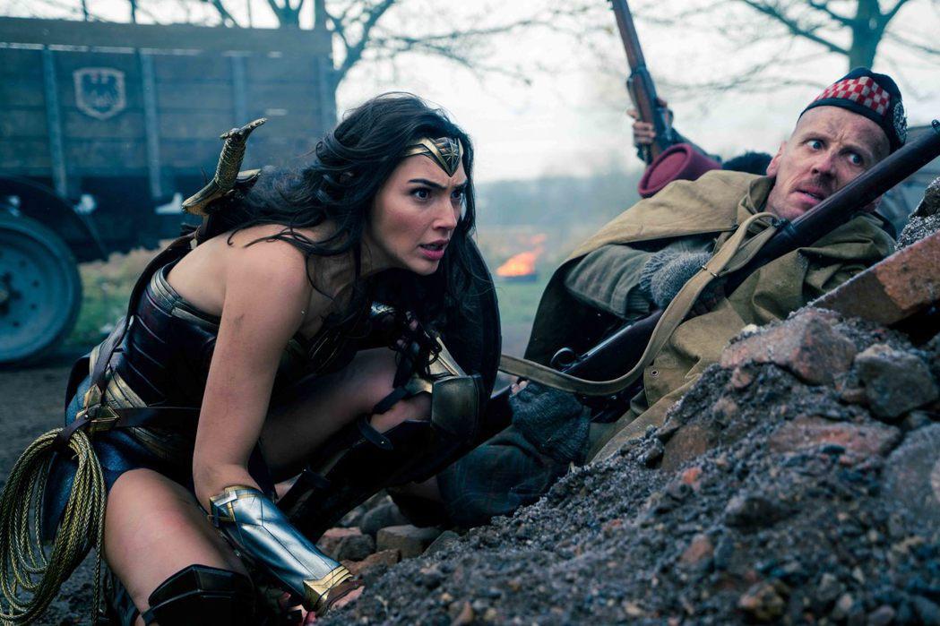 蓋兒加朵在「神力女超人」當中的一段戰爭戲令人直呼過癮。圖/華納兄弟提供