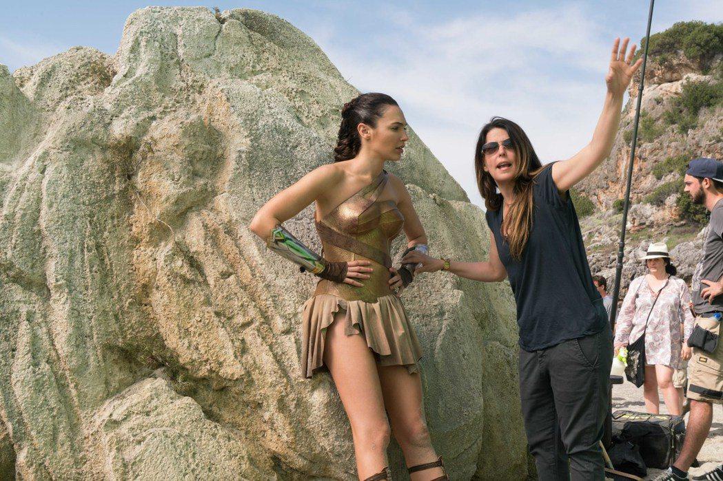 蓋兒加朵(左)與導演派蒂潔金斯(右)共同創造「神力女超人」的驚人成績。圖/華納兄...