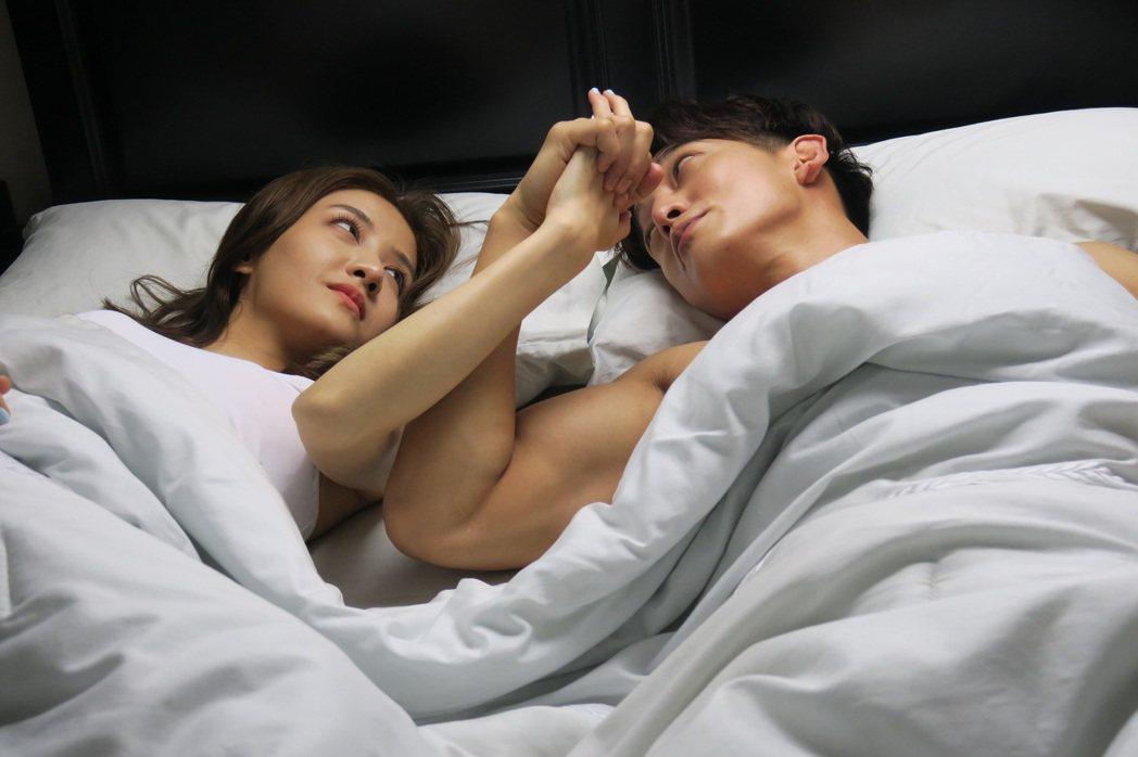 李宣榕(左)與身材精壯的同門師兄王家梁合作,相當害羞。圖/寶麗來國際娛樂提供