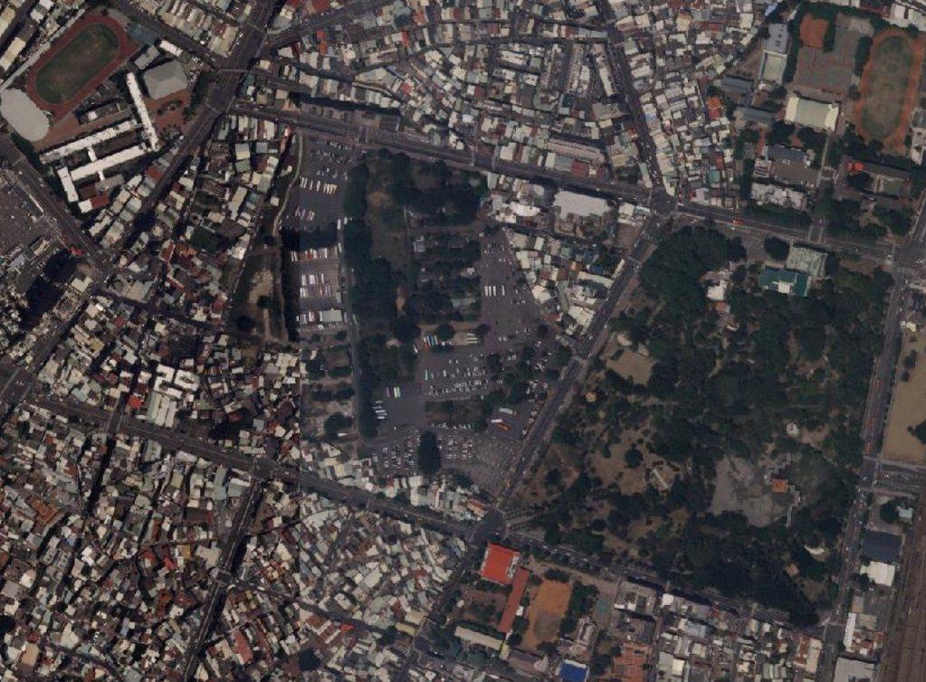 台南市中西區兵備廠將開發為公園與國道轉運站,空照圖可以看到東側為台南公園,對面就...