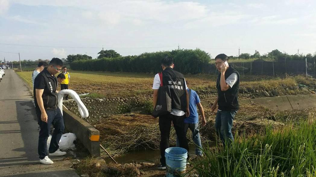 雲林監獄疑為重油外流,汙染鄰近農田作物,環保局人員趕往處理。圖/雲林縣環保局提供
