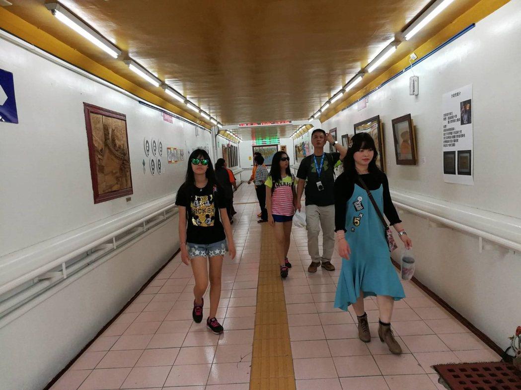 枋寮火車站與枋寮藝術村的藝術家們打造藝術長廊。圖/許朝欽提供