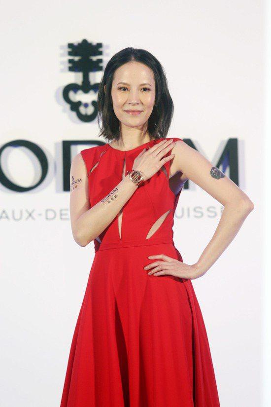 楊乃文出席CORUM品牌發表會,穿著一身紅色的禮服。記者邱德祥/攝影