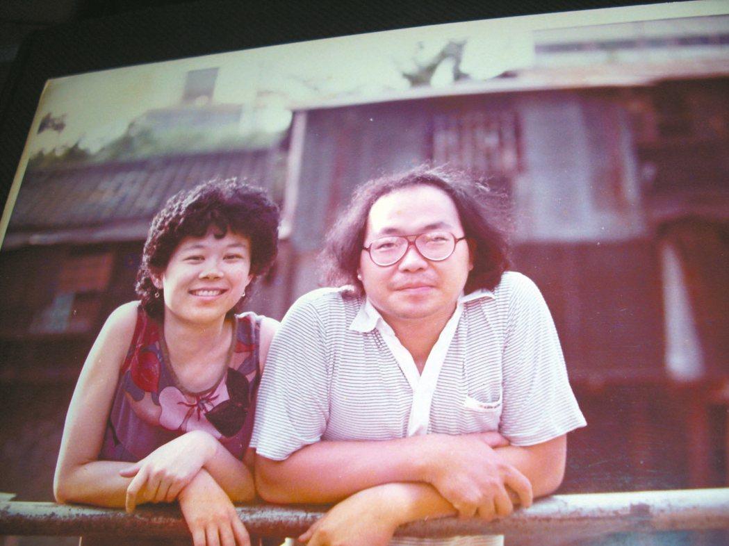 90年代中期,鍾喬與妻合影於綠川違建前。 鍾喬/圖片提供