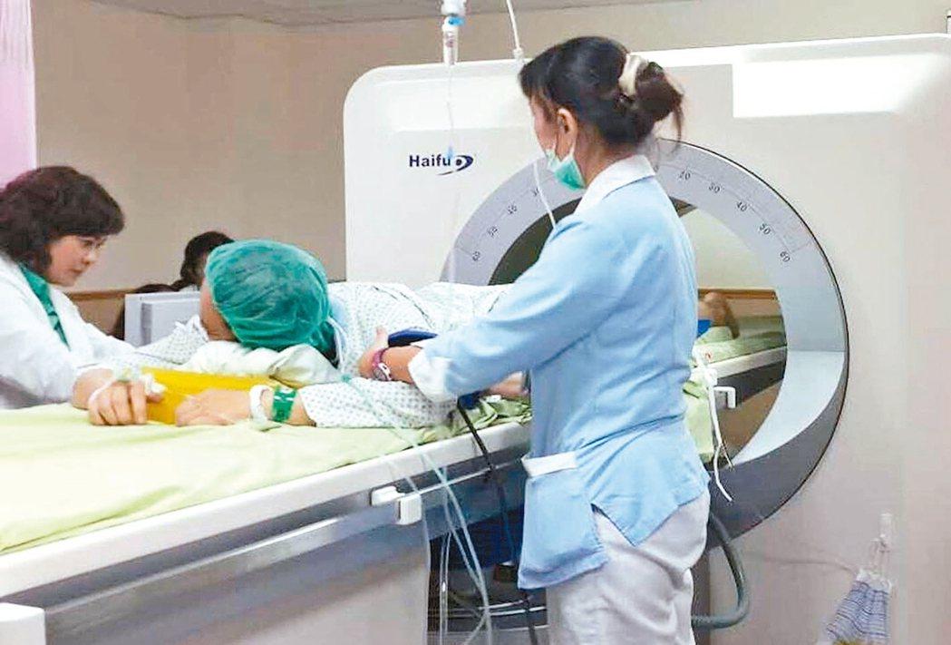 利用海扶刀治療子宮肌瘤,患者可透過超音波消融肌瘤。 圖/鄭丞傑提供