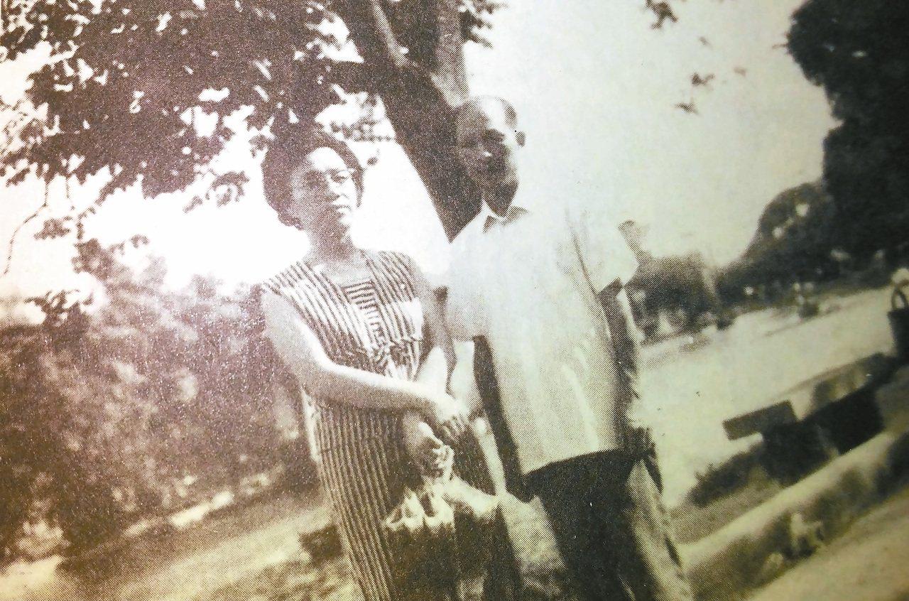 鍾喬的父親與母親,合影於台中公園。 鍾喬/圖片提供