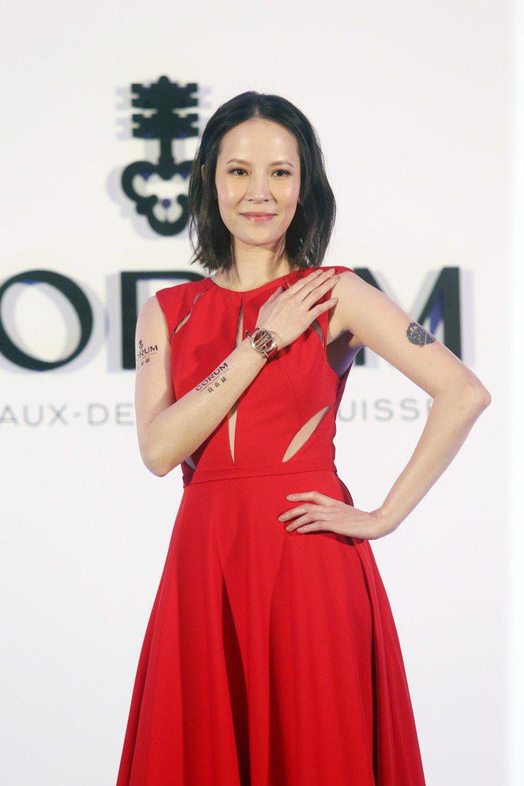 楊乃文出席CORUM品牌發表會,穿著一身紅色的禮服。圖/記者邱德祥攝影
