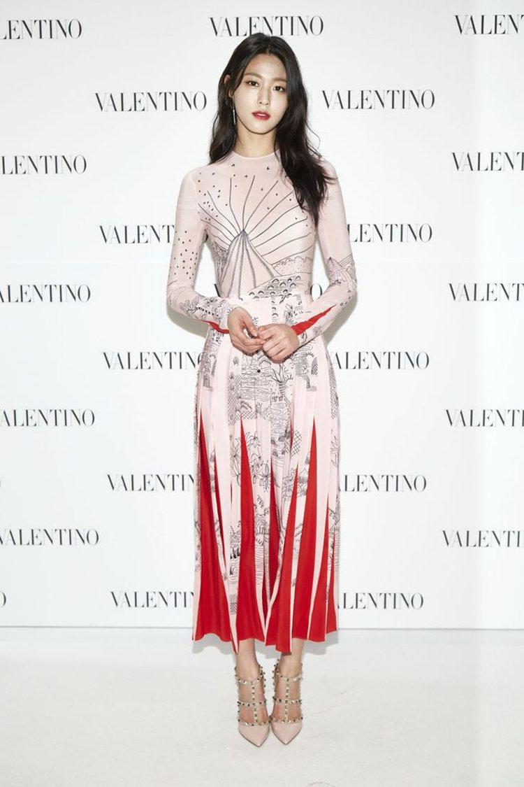 南韓女團「AOA」成員雪炫以以三角褶片色塊拼接連身印花洋裝,展現優雅層次。圖/V...