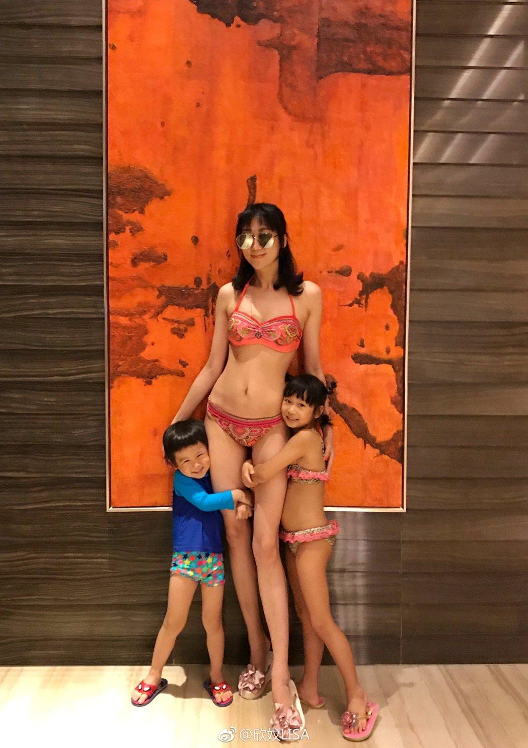 生過4個小孩的蔣麗莎,穿比基尼秀出性感身材。圖/摘自微博