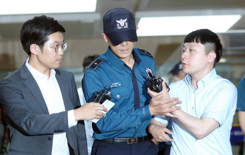 T.O.P 5日穿著警察制服離開上班的江南警察廳。圖/摘自bizn.khan.c...