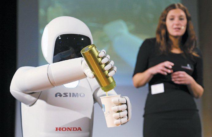 日本本田新一代的人形機器人「ASIMO」不但智能強化,手部靈敏度增加,而且跑步速...
