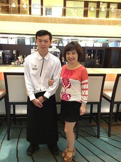 莊博宇同學(左)留用於台北威斯汀六福皇宮吧檯部門。 萬能科大/提供